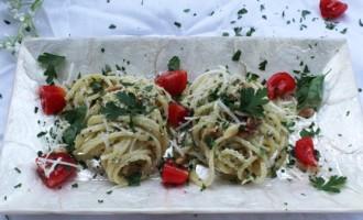 Spaghetti mit Pecorino, Petersilie und Pinienkernen