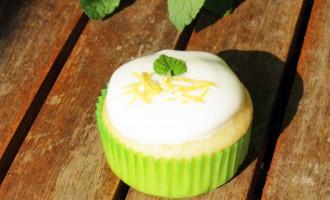 Zitronen-Buttermilch-Cupcakes mit Joghurt und Minze