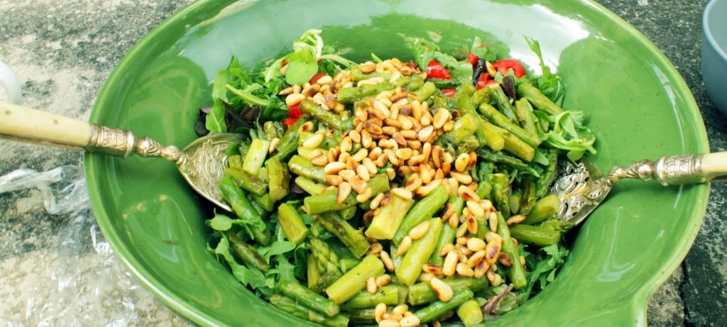Salat mit grünem Spargel und Pinienkernen