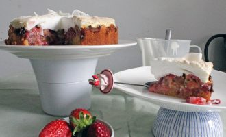 Rhabarber-Erdbeer-Baisertorte mit Kokos